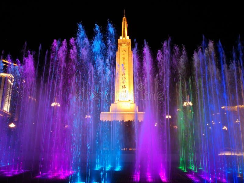 Pomnikowa i kolorowa fontanna w nocy fotografia stock