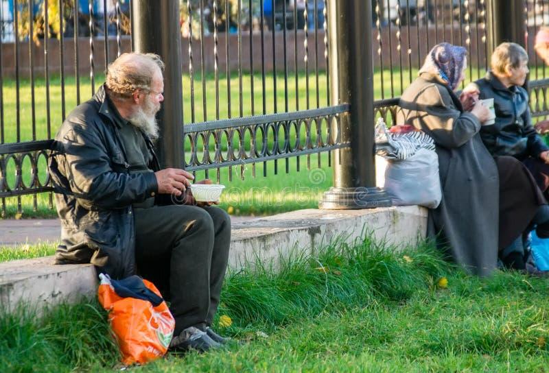 Pomoc ludzie bezdomni zdjęcia royalty free