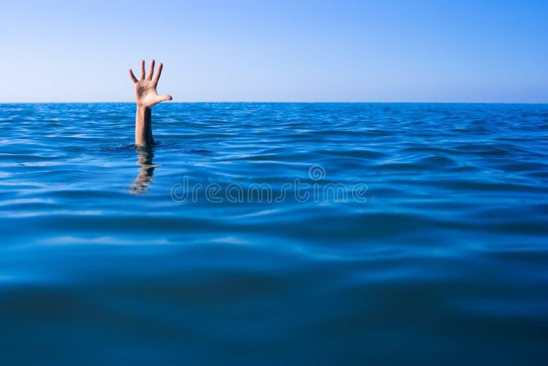 Pomoc potrzebująca. Tonięcie mężczyzna ręka w morzu zdjęcia royalty free