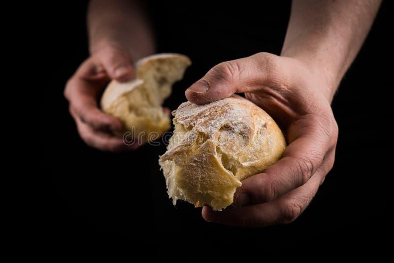 Pomocna dłoń daje kawałkowi chleb Mężczyzna daje chlebowi, pomocnej dłoni pojęcie zdjęcie stock