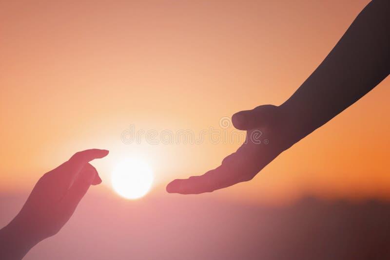 Pomocna dłoń szeroko rozpościerać dla salwowania na odosobnionym stonowanym tle zdjęcie royalty free