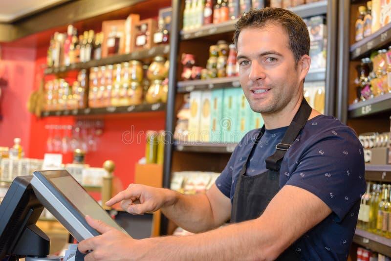Pomocniczy sprzedawca szczęśliwy pomagać ciebie zdjęcie stock