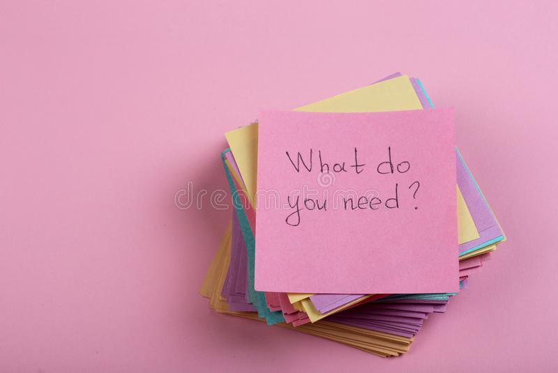 Pomocy i rady pojęcie - kleista notatka z tekstem Co wy potrzebują obrazy stock