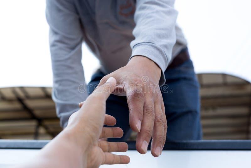 Pomocy pojęcia mężczyzna dojechanie pomagać odosobnionemu obrazy royalty free