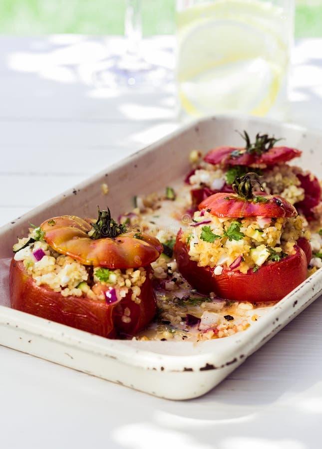 Pomodori al forno con il riempimento saporito immagine stock