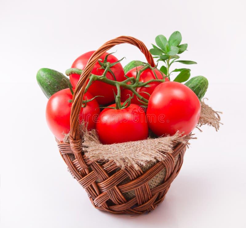Pomodori in cestino wattled fotografia stock libera da diritti