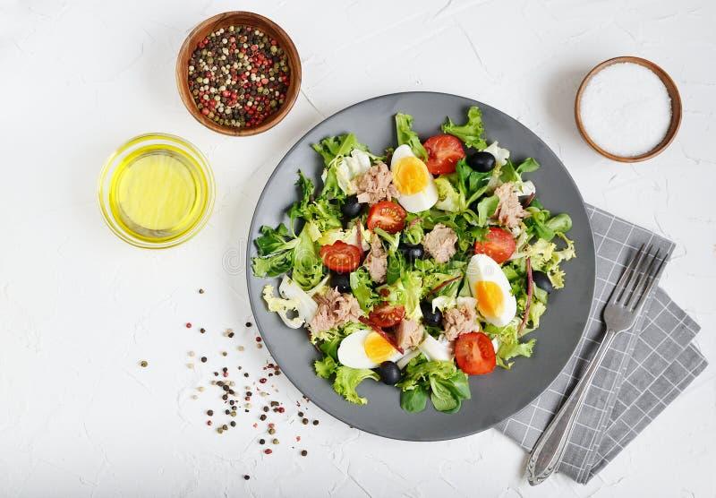 Pomodori Cherry Eggs del pepe di Tuna Salad Cabbage Arugula Oil fotografie stock libere da diritti