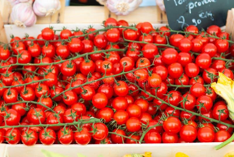 Pomodori ciliegia sul mercato immagini stock