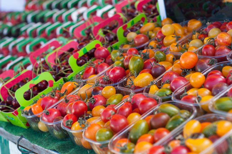 pomodori ciliegia variopinti al mercato fotografia stock