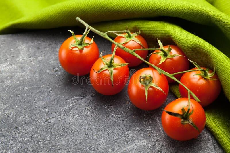 Pomodori della vite su fondo verde e nero fotografia stock libera da diritti