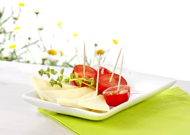 Pomodori di ciliegia e del formaggio immagine stock libera da diritti