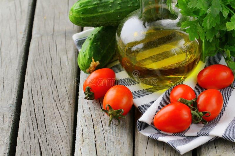 Pomodori di ciliegia, olio di oliva e prezzemolo fotografia stock