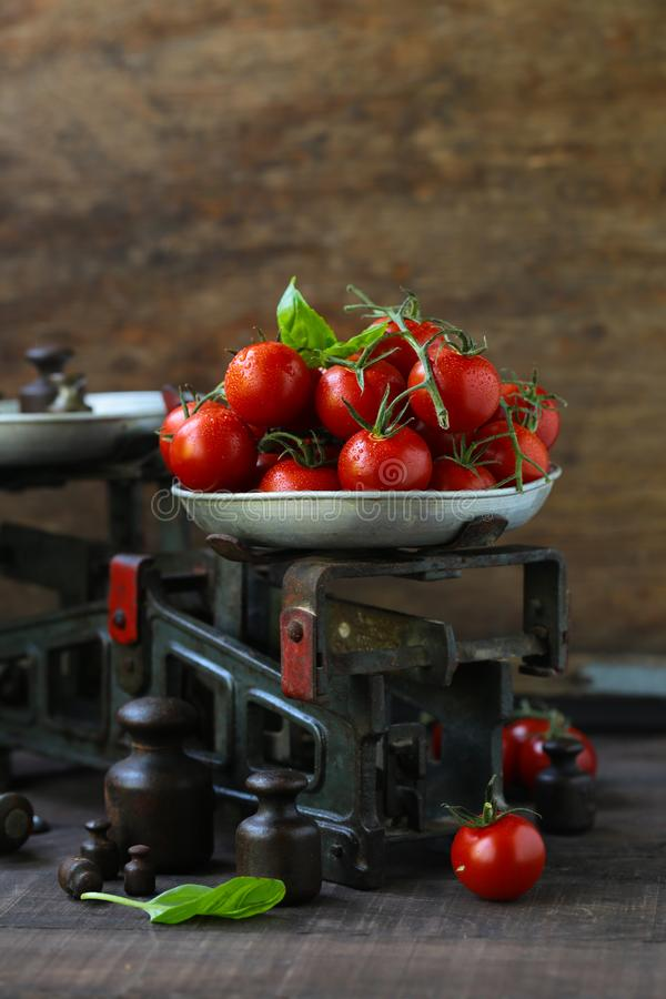 Pomodori di ciliegia organici fotografie stock libere da diritti