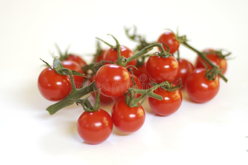 Pomodori di ciliegia su bianco fotografie stock