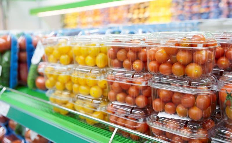 Pomodori di ciliegia in supermercato fotografia stock