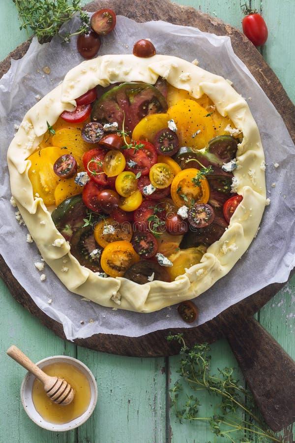 Pomodori di cimelio acidi con formaggio blu, timo e miele fotografia stock