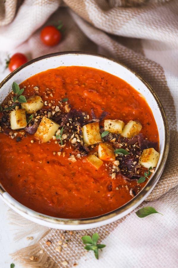 Pomodori e minestra del peperone con Halloumi Chesse e le spezie di Dukkah immagini stock