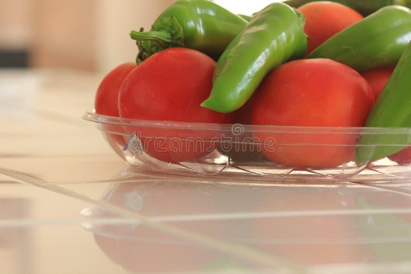 Pomodori e peperoni organici di recente selezionati di Anaheim immagini stock libere da diritti