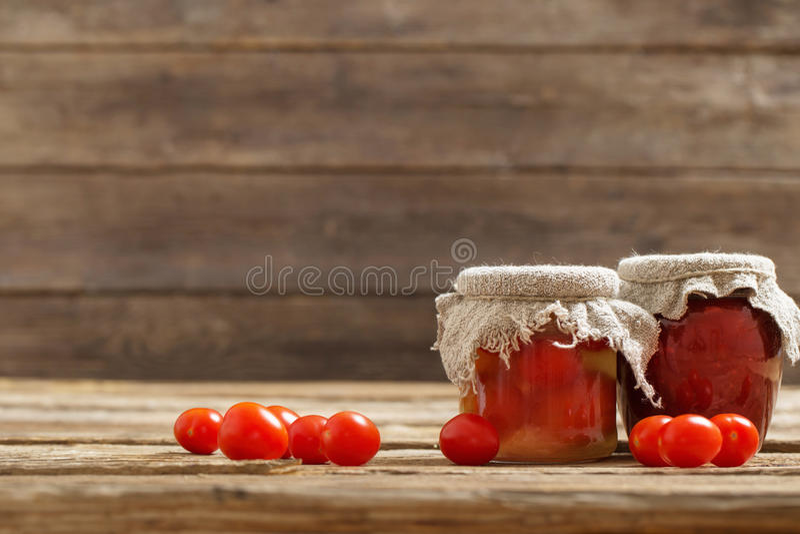 Pomodori e salsa al pomodoro freschi fotografia stock