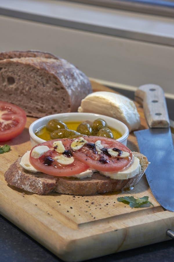 Pomodori ed aglio italiani con la mozzarella e le olive immagine stock libera da diritti