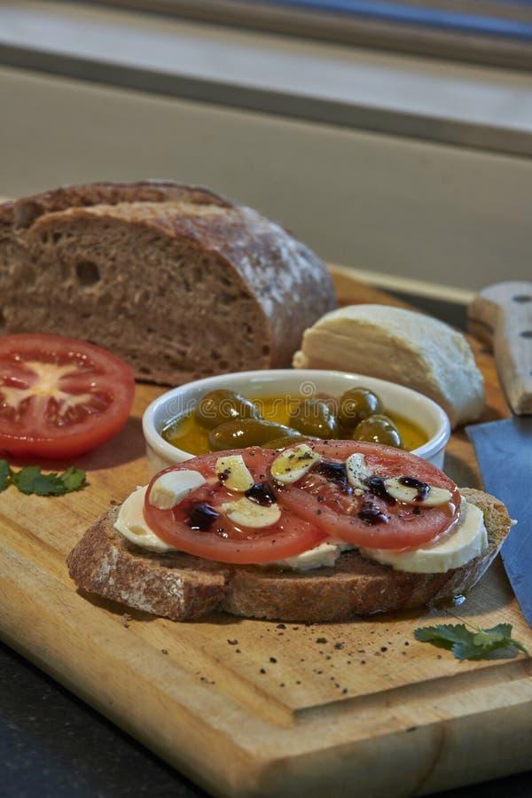 Pomodori ed aglio italiani con la mozzarella immagini stock