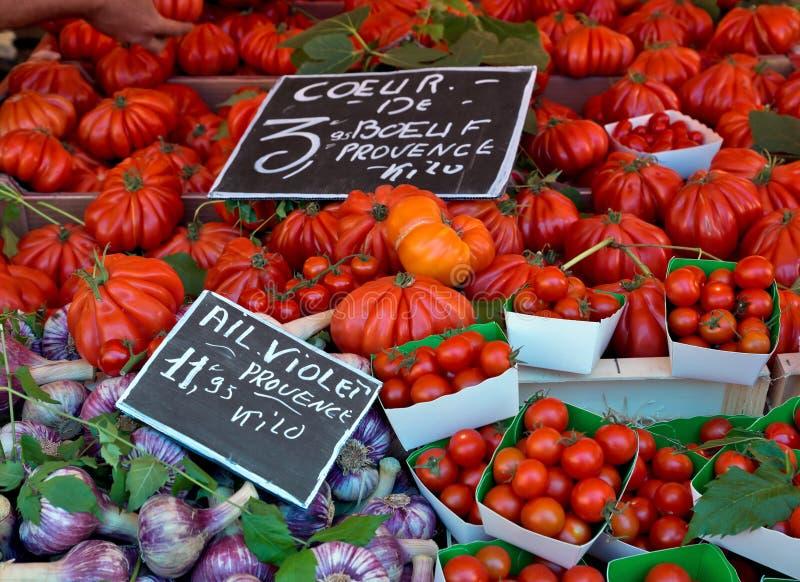 Pomodori ed aglio sul mercato rurale francese immagini stock libere da diritti