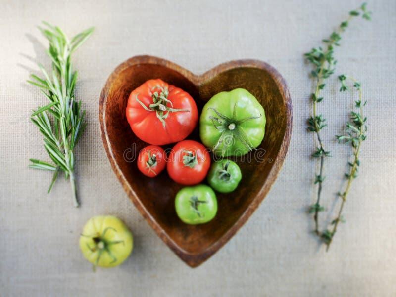 Pomodori ed erbe fotografie stock libere da diritti