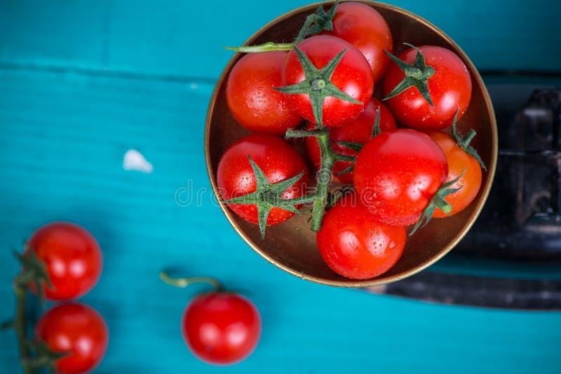 Pomodori freschi dell'azienda agricola sulla scala d'annata immagini stock libere da diritti
