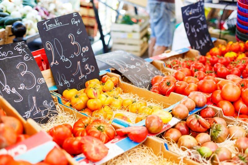 Pomodori freschi organici dal mercato mediterraneo degli agricoltori in Prov fotografia stock libera da diritti