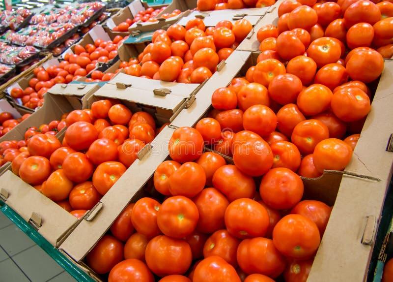 Pomodori freschi in scatole sul contatore del supermercato fotografie stock