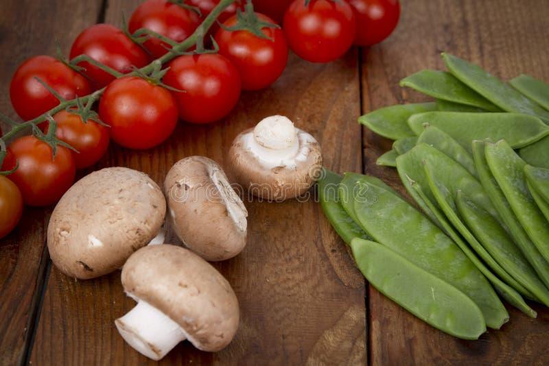 Pomodori, funghi e piselli di neve fotografie stock libere da diritti