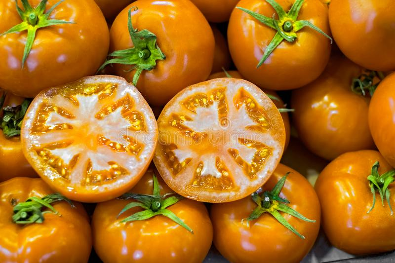 Pomodori gialli freschi al mercato fotografia stock libera da diritti