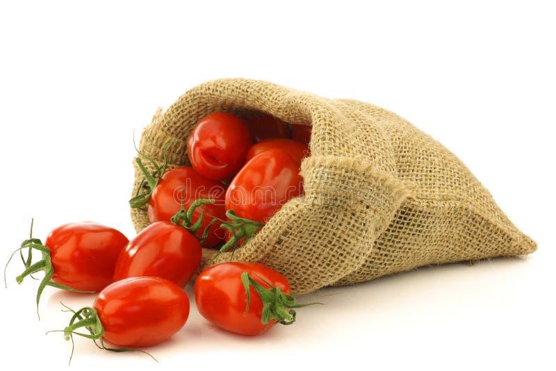 Pomodori italiani freschi di pomodori in un sacchetto di tela da imballaggio fotografie stock libere da diritti