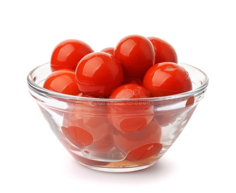 Pomodori marinati in ciotola di vetro immagini stock libere da diritti