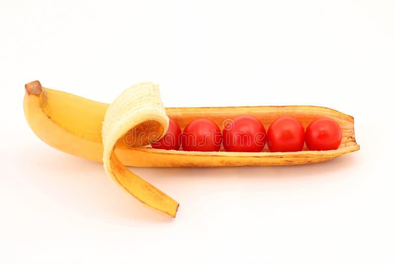 Pomodori nella banana delle coperture fotografie stock libere da diritti