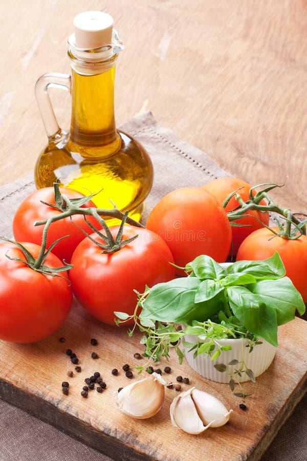 Pomodori, oliva ed erbe freschi. vita immagine stock libera da diritti