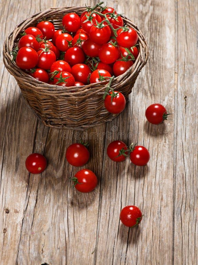 Pomodori organici in un cestino immagini stock