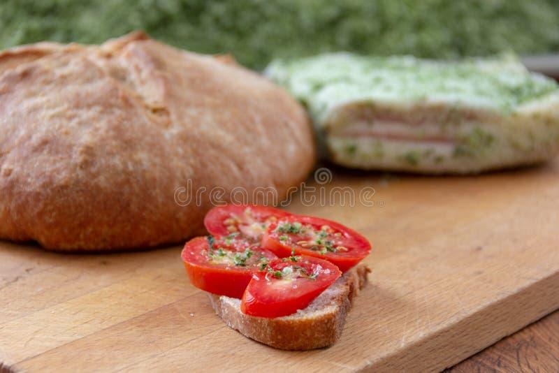 Pomodori, pane e lardo salato immagine stock