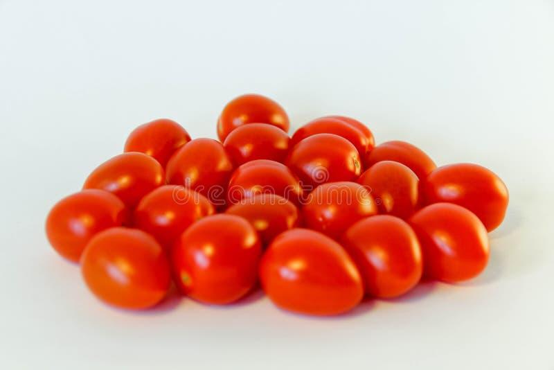 pomodori rossi freschi isolati sui precedenti bianchi immagini stock