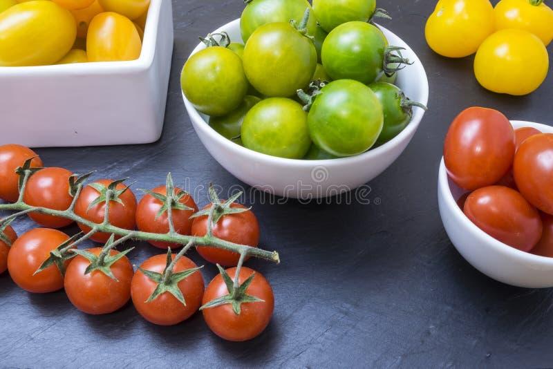 Pomodori rossi, gialli e verdi immagini stock