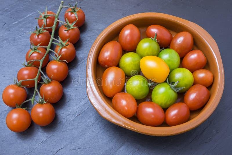 Pomodori rossi, gialli e verdi immagini stock libere da diritti