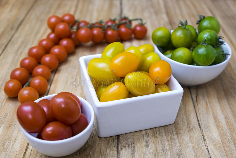 Pomodori rossi, gialli e verdi fotografia stock libera da diritti