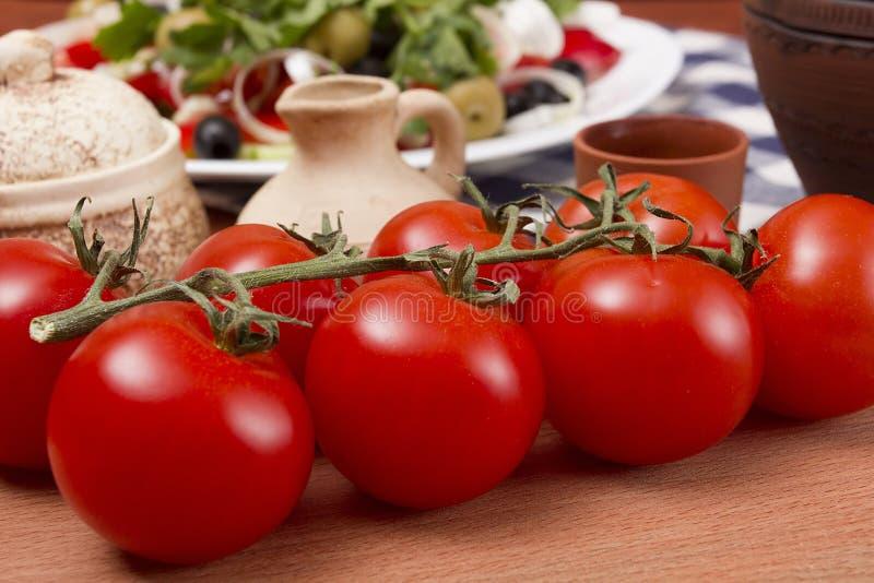 Pomodori rossi su una filiale fotografia stock