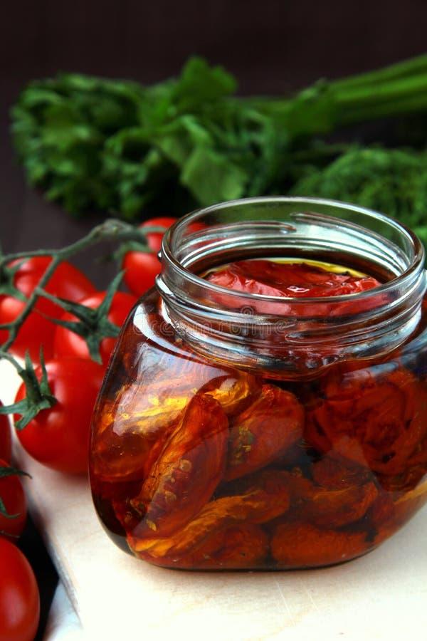 Pomodori seccati al sole italiani in olio di oliva fotografia stock