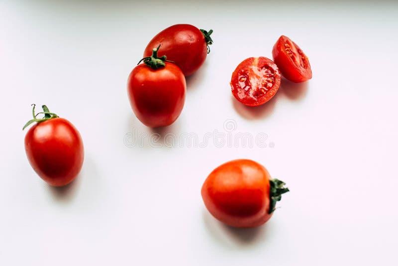 Pomodori su un fondo bianco immagini stock