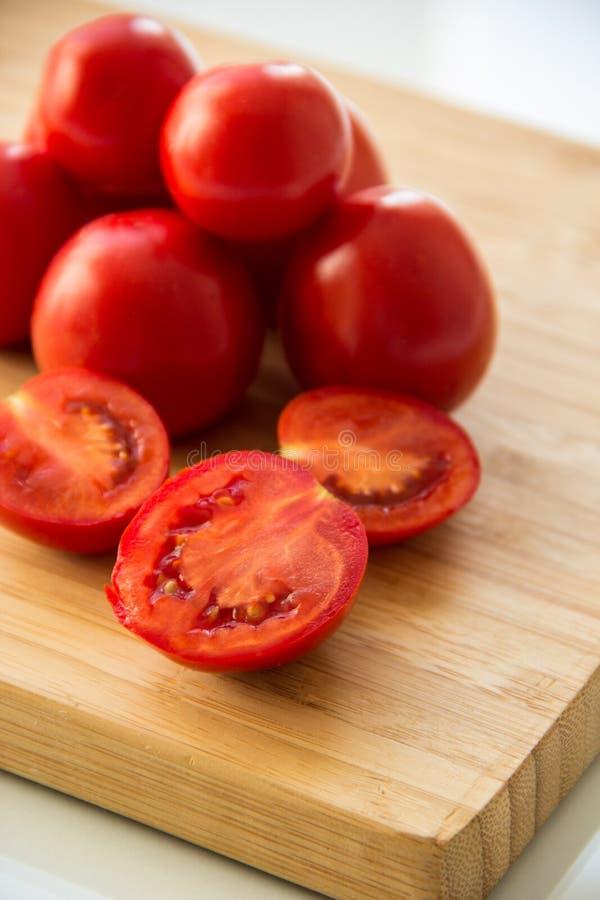 Pomodori sul bordo fotografia stock libera da diritti