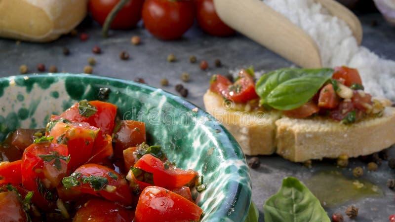 Pomodori tagliati per la Bruschetta di condimento immagini stock libere da diritti