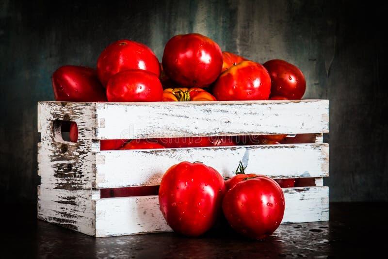 Pomodori in una cassa bianca immagini stock