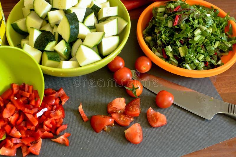 Pomodori, zucchini, barbabietola o beta vulgaris, coltello fotografie stock