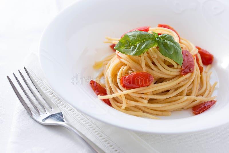 Pomodoro e spaghetti del basilico fotografia stock
